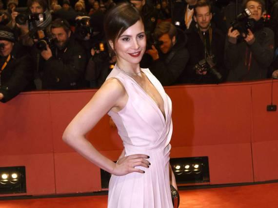 Schauspielerin Aylin Tezel strahlt in die Kameras