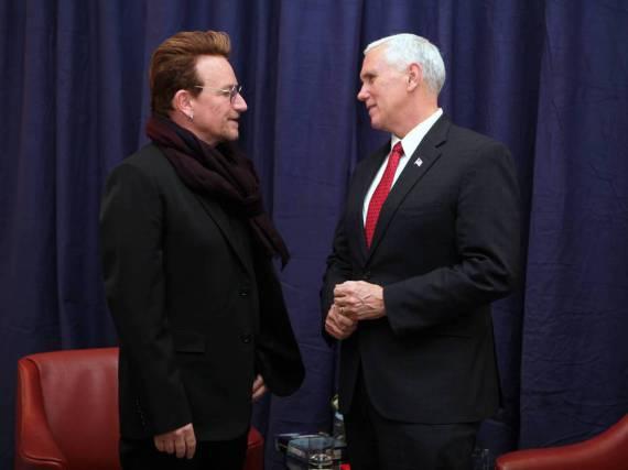 Am Rande der Münchner Sicherheitskonferenz trafen Bono (l.) und Mike Pence aufeinander