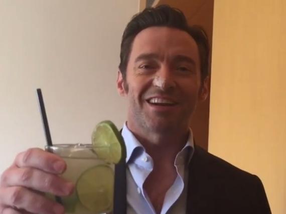 Hugh Jackman stimmt sich mit einem Drink auf den brasilianischen Karneval ein