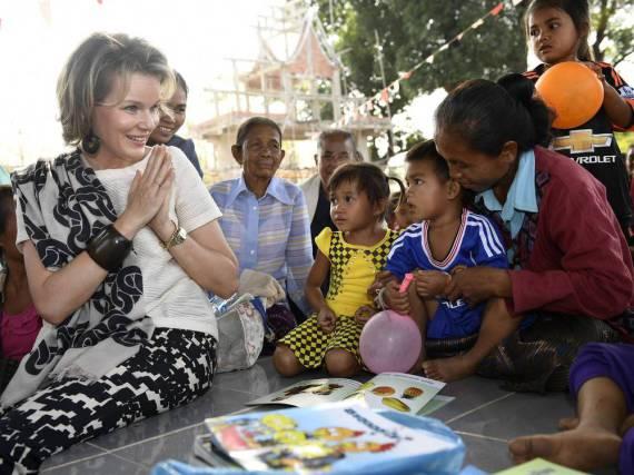 Königin Mathilde ist für die Kinder in Laos zum Greifen nah