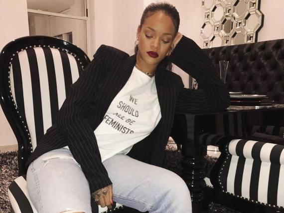 Rihanna setzt mit einem Shirt von Dior ein Statement für mehr Feminismus