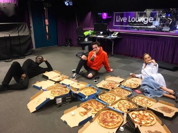 Wie viele Pizzen haben sich Rita Ora und ihre Crew wohl liefern lassen?