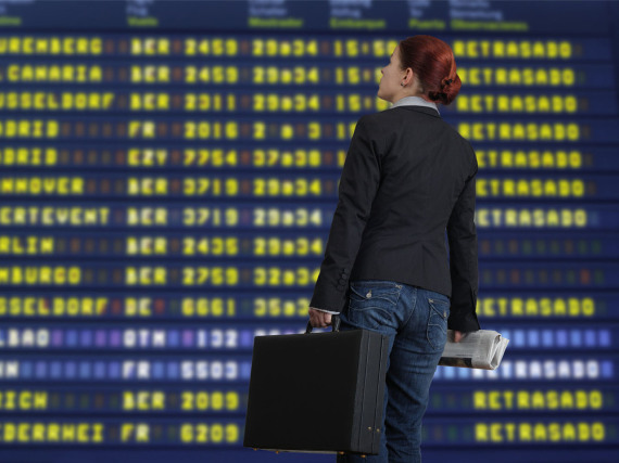 Banger Blick auf die Anzeigetafel: Wann geht der verspätete Flug?