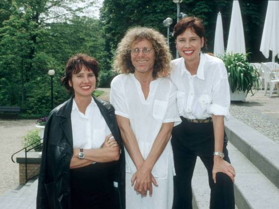 Jutta Winkelmann (l.) im Jahr 1995 zusammen mit Rainer Langhans und ihrer Schwester Gisela Getty
