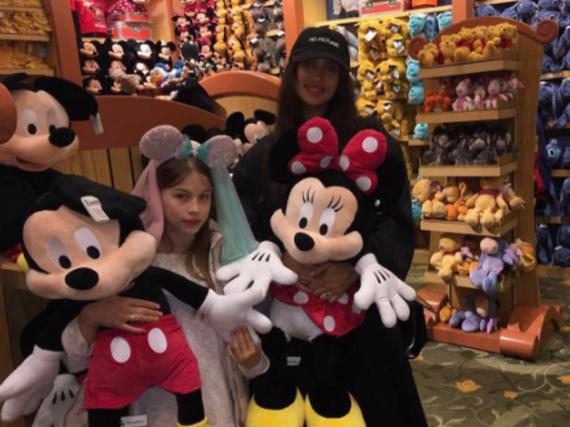 Irina Shayk besuchte Disneyland zusammen mit ihrer Nichte
