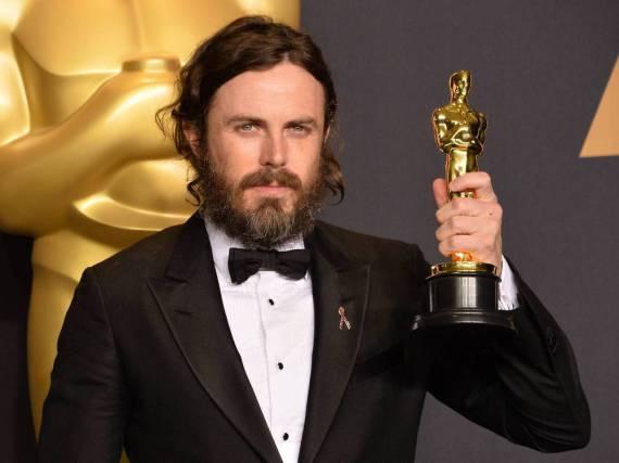 Casey Affleck mit seinem Oscar in der Kategorie