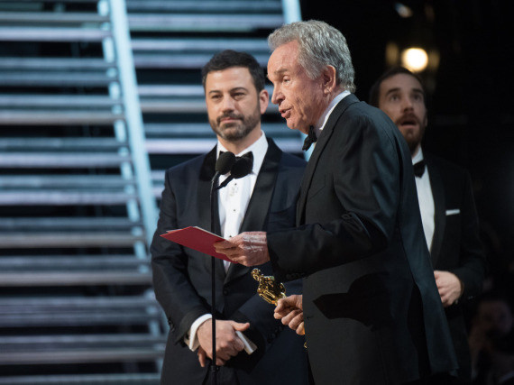 Warren Beatty (r.) entschuldigt sich im Beisein von Moderator Jimmy Kimmel für die Oscar-Panne