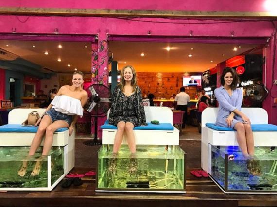 Candice King und ihre Freundinnen erholen sich mit einer außergewöhnlichen Beauty-Behandlung