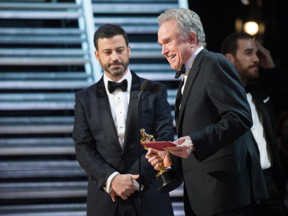 Jimmy Kimmel (l.) und Warren Beatty auf der Bühne im Dolby Theatre