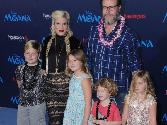 Hier waren sie noch zu sechst: Tori Spelling mit ihrer Familie