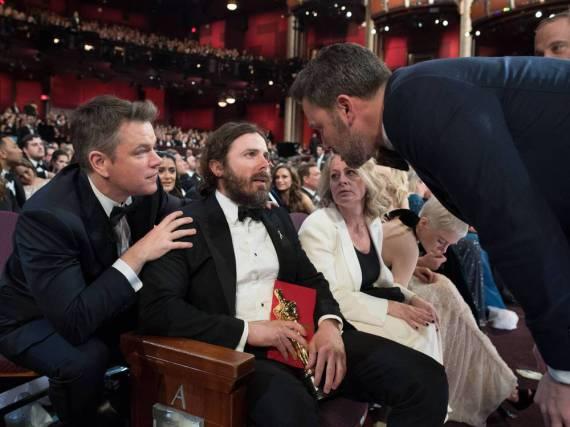 Besprechen Matt Damon (l.) und Jimmy Kimmel (r.) hier den Abschluss-Gag?