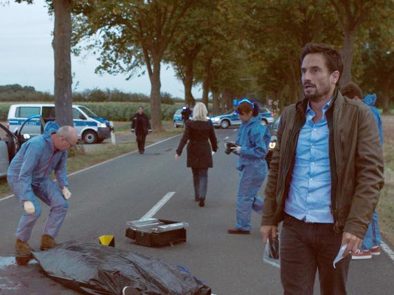 Erneut wurde ein Mann nachts überfahren. Hauptkommissar Stedefreund (Oliver Mommsen) ahnt, dass es ein Serienmörder sein muss - im Hintergrund: Hauptkommissarin Inga Lürsen (Sabine Postel)