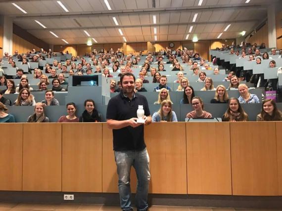 Martin Rütter hat als Gastdozent an der TiHo Hannover den Preis für die am besten besuchte Vorlesung des Jahres bekommen