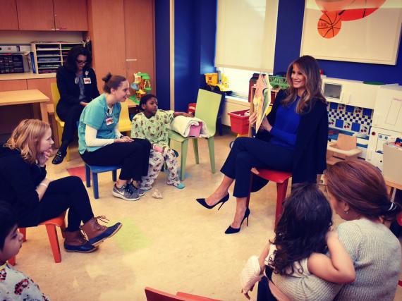 Melania Trump liest in einem Krankenhaus Kindern vor