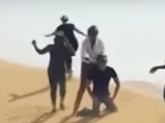 Rod Stewart (weißes Hemd) in besagter Szene in der Wüste