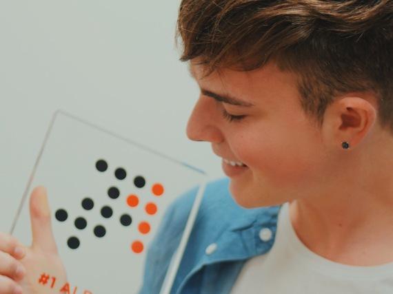 Mike Singer mit dem Nummer 1 Award der Offiziellen Deutschen Charts
