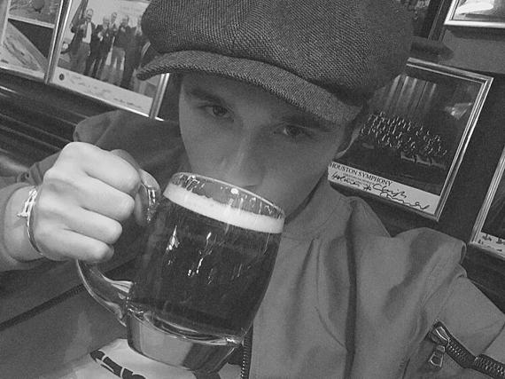 Das muss gefeiert werden: Endlich darf Brooklyn Beckham ganz offiziell in einen Pub