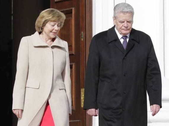 Daniela Schadt und Bundespräsident Joachim Gauck vor dem Schloss Bellevue