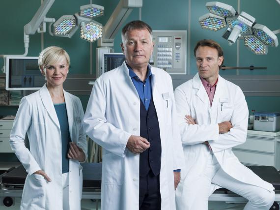 Dr. Kathrin Globisch (l., Andrea Kathrin Loewig), Dr. Roland Heilmann (Thomas Rühmann) und Dr. Martin Stein (Bernhard Bettermann) retten bis 2020 weiterhin Leben im TV