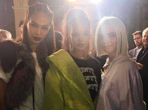 Joan Smalls (l.) posiert Backstage mit Designerin Rihanna und Model Cara Delevingne