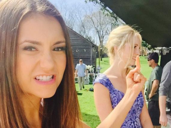 Nina Dobrev (l.) und Candice King bei den Dreharbeiten zu Staffel sechs von