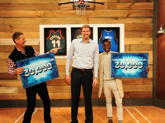 Detlef Schrempf (l.) und Dennis Schröder gratulieren Dirk Nowitzki zu seinen 30.000 Punkten