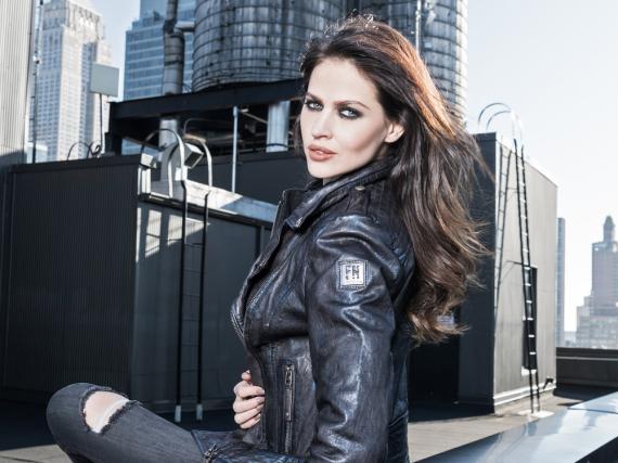 Hana Nitsche ist ein gefragtes Werbegesicht, hier posiert sie für das Lederjacken-Label Freaky Nation