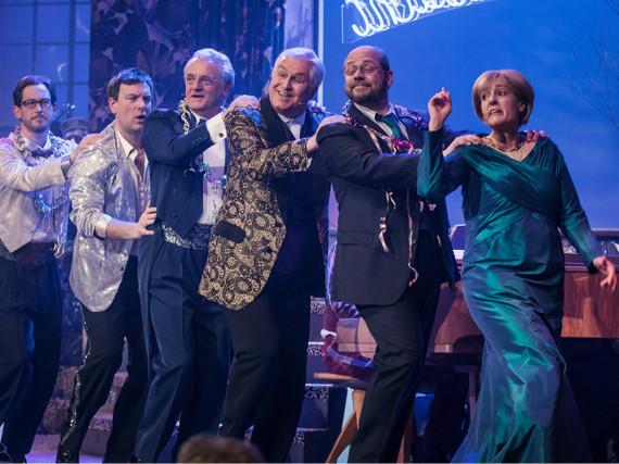 Singspiel 2017: Angela Merkel (Antonia von Romatowski, r.) führt die Polonaise durch die Hotellobby an, dahinter: Thomas Wenke als Martin Schulz, Christoph Zrenner als Horst Seehofer...