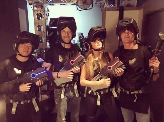 Paris Hilton spielt hier nicht Lasertag sondern ein Virtual-Reality-Game