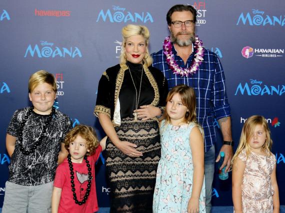 Inzwischen sind sie zu siebt: Tori Spelling und Ehemann Dean McDermott mit den vier gemeinsamen Kindern Liam, Finn, Hattie und Stella - hier noch im Bauch: Söhnchen Beau