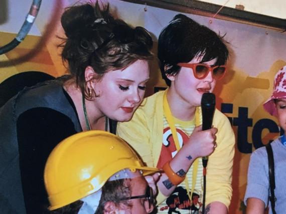 Künstlerinnen unter sich: Adele und Kelly Osbourne vor zehn Jahren