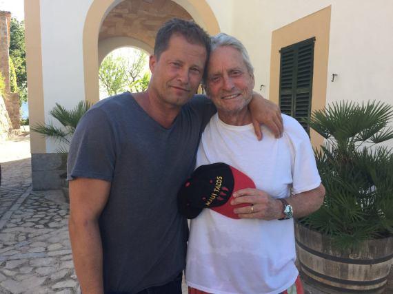 Dieses Foto entstand bei einem Treffen von Michael Douglas und Til Schweiger im Juni 2016 auf Mallorca
