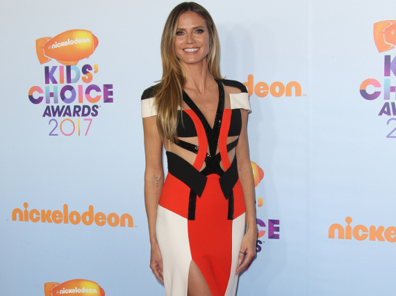 Heidi Klum im sexy Cut-Out-Kleid bei den Kids' Choice Awards 2017