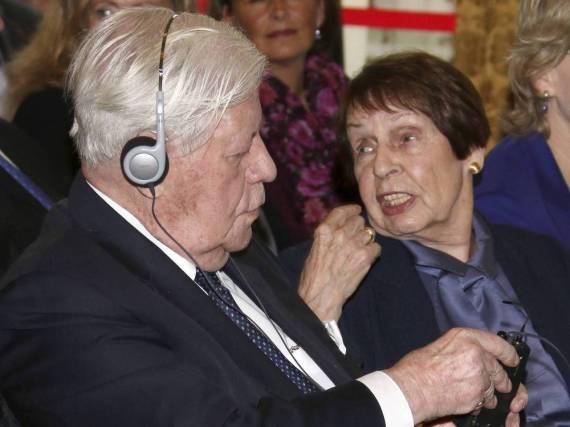 Ruth Loah mit ihrem Helmut Schmidt im Jahre 2014