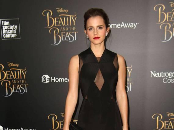 Emma Watson wirkt durch die schwarze Robe und den roten Lippenstift elegant und verführerisch