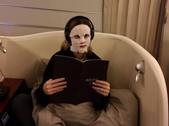 Brie Larson gönnt sich im Flieger einmal eine Pause