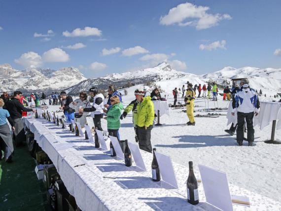 In Alta Badia werden die Skifahrer zur Weinprobe gebeten