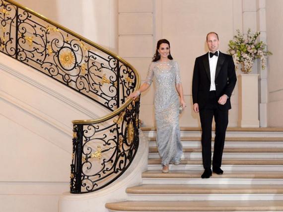 Das letzte Outfit des Tages war zugleich das schönste: Herzogin Kate strahlte neben Prinz William in einem eisblauen Glitzerkleid