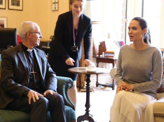 Hat Angelina Jolie etwa wirklich keinen BH an?