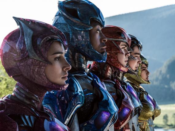 Kampfbereit: Pink Ranger (Naomi Scott, v.l.), Blue Ranger (RJ Cyler), Red Ranger (Dacre Montgomery), Black Ranger (Ludi Lin), Yellow Ranger (Becky G)
