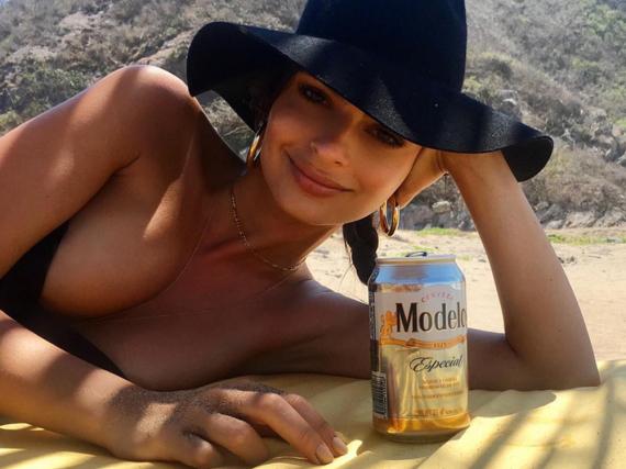 Emily Ratajkowski weiß genau, was Männern gefällt: nackte Haut und ein kühles Bier