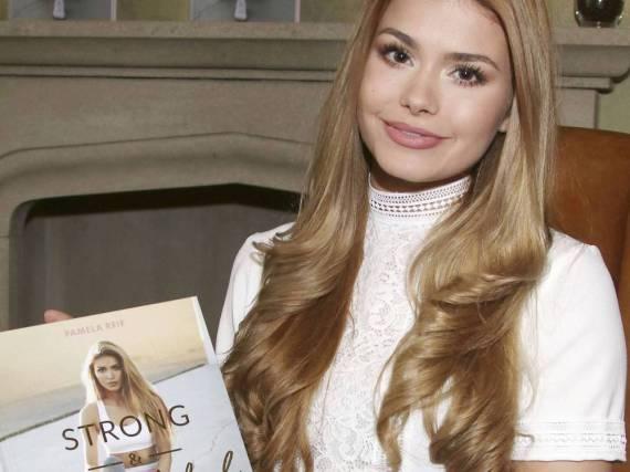 Instagram-Star Pamela Reif mit ihrem Buch