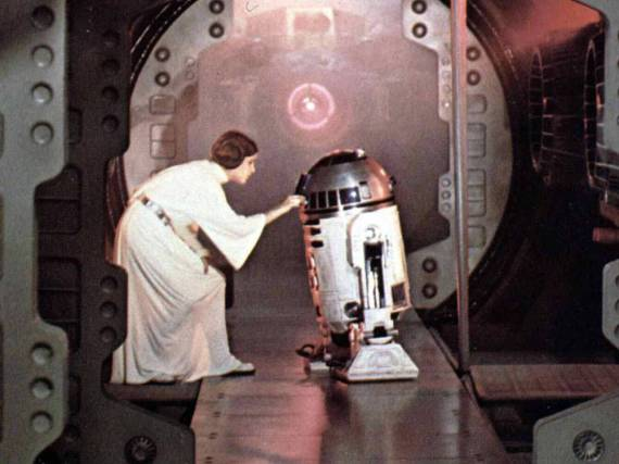 Prinzessin Leia (Carrie Fisher) und Roboter R2-D2 im Film