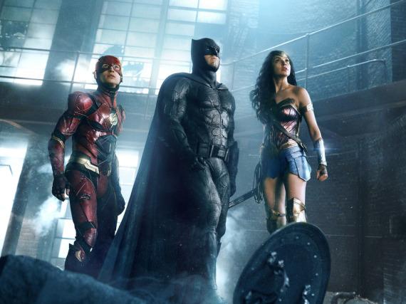 Ezra Miller als The Flash, Ben Affleck als Batman and Gal Gadot als Wonder Woman in