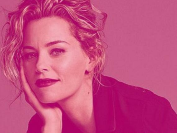 Elizabeth Banks tauchte ihr Profilbild in pinke Farbe