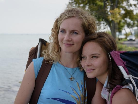 Endlich am Plattensee in Ungarn angekommen: die Schwestern Catrin (Cornelia Gröschel) und Maja (Sonja Gerhardt, r.)