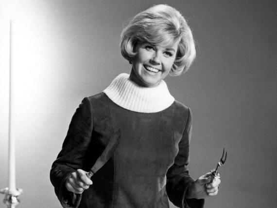Herzlichen Glückwunsch! Doris Day beim Tranchieren eines Truthahns - vor vielen, vielen Jahren