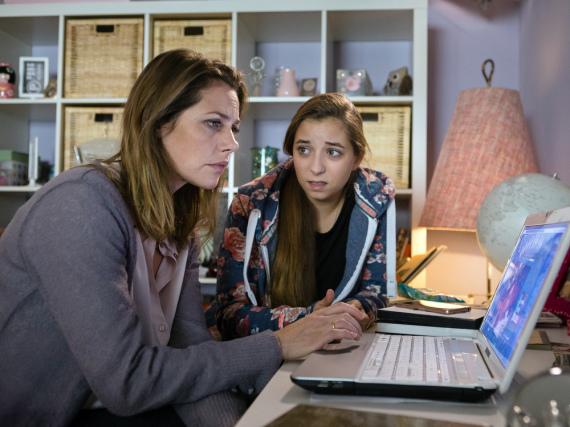 Als ein Nacktbild ihrer Tochter Lara (Aleen Kötter, r.) im Internet veröffentlich wird, ist Charlotte (Felicitas Woll) schockiert