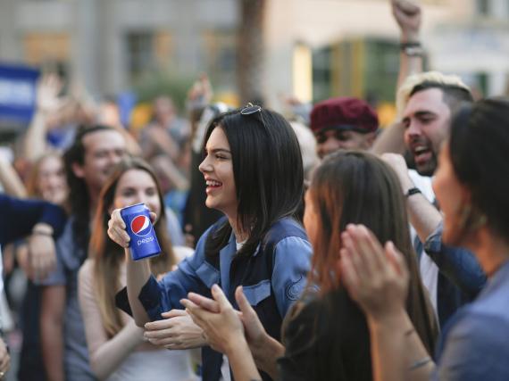 Reiht sich in eine lange Liste von Stars ein, die für Pepsi Werbung gemacht haben: Kendall Jenner