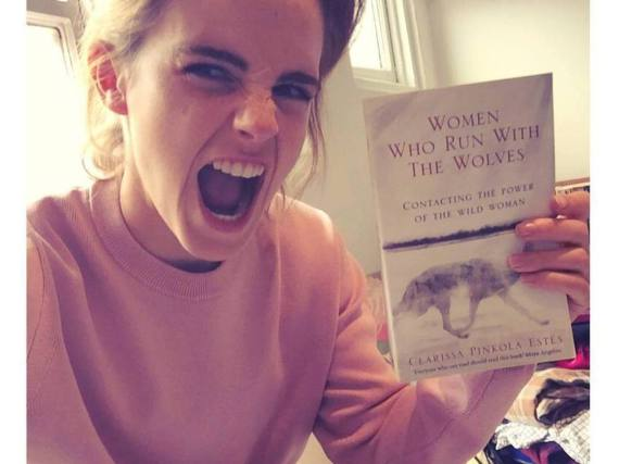 Emma Watson präsentiert Bücher mit Hingabe